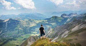 登上巍峨雄偉的山峰