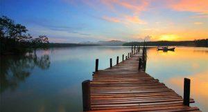 夕陽倒映於清波蕩漾的水面